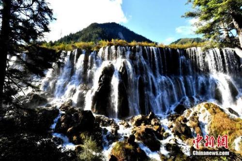 诺日朗瀑布。安源 摄