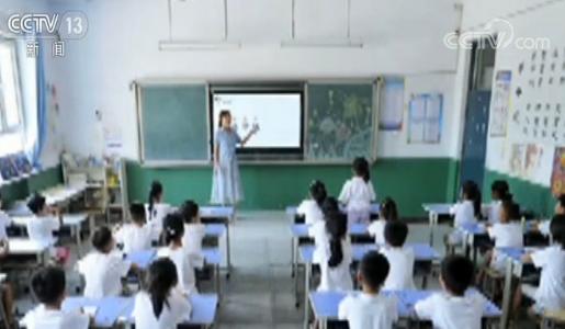 今年7月,在河北省清河县连庄小学,老师用电子黑板为三年级学生上语文课。