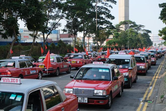 庆祝新中国成立70周年,香港逾2000辆出租车挂国旗巡游