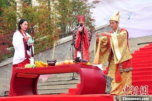 资料图:民众依秦礼,仿古制,行中华传统礼仪来表达重阳节的祝福。中新社记者 张添福 摄