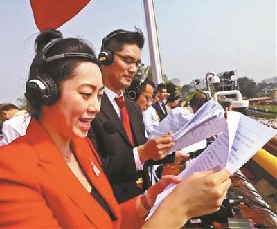 央广主持人林溪(左)与子文站立播音