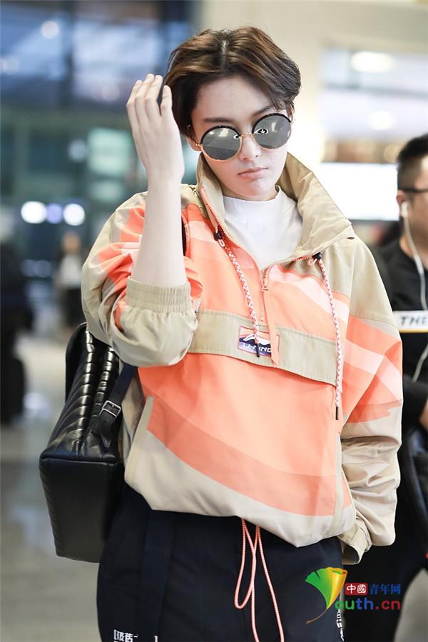 2019年10月7日,上海,张馨予现身虹桥机场。她短发造型攻气十足,撩发气场全开英姿飒爽超slay。
