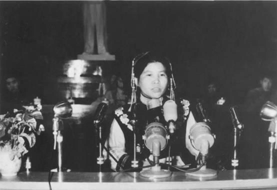 """1955年,杨明先生母亲阿角在人民大会堂""""第一次全国社会主义建设积极分子大会""""上发言(资料图)"""