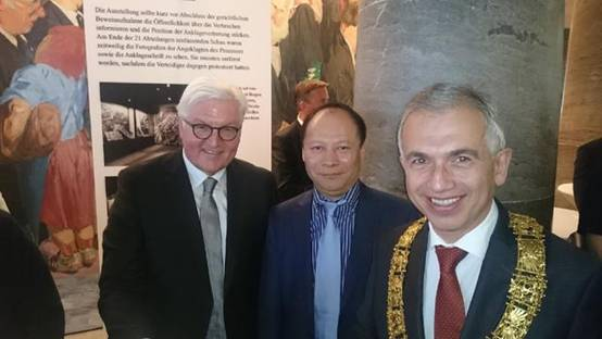 德国总统施泰因迈尔(中)与杨明先生(右)交流合影(资料图)