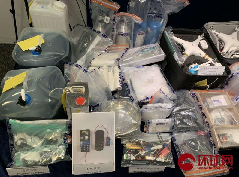 香港警方16日展示15日行动中查获的证物(摄影:赵觉珵)