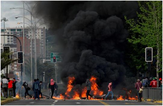 示威者纵火/图自路透社