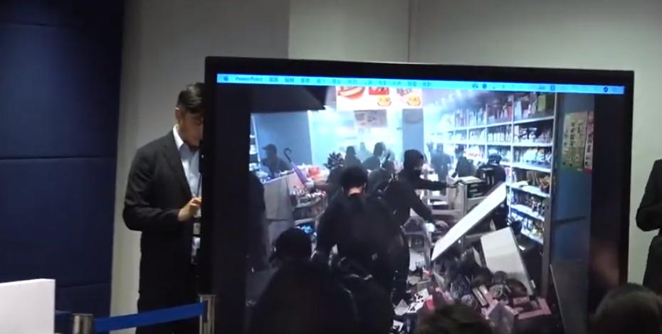 警方在记者会上播放暴徒在店铺打砸的视频(港媒截图)