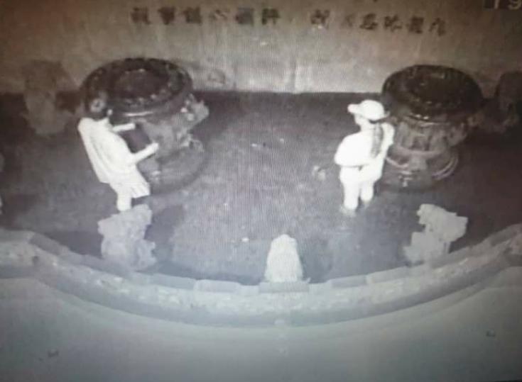 陈姓男子伙同女友凌晨盗取舒淇聚宝盆内硬币(图片来源:台媒)
