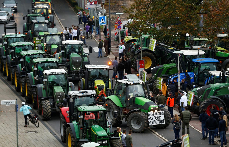 德国农民将农用拖拉机开进多个城市市区抗议。图源:路透社
