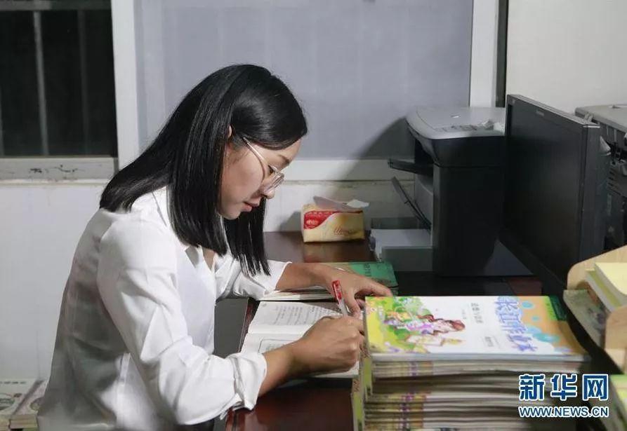 傍晚,方荣在湖北省罗田县希望小学的办公室里备课(10月10日摄)