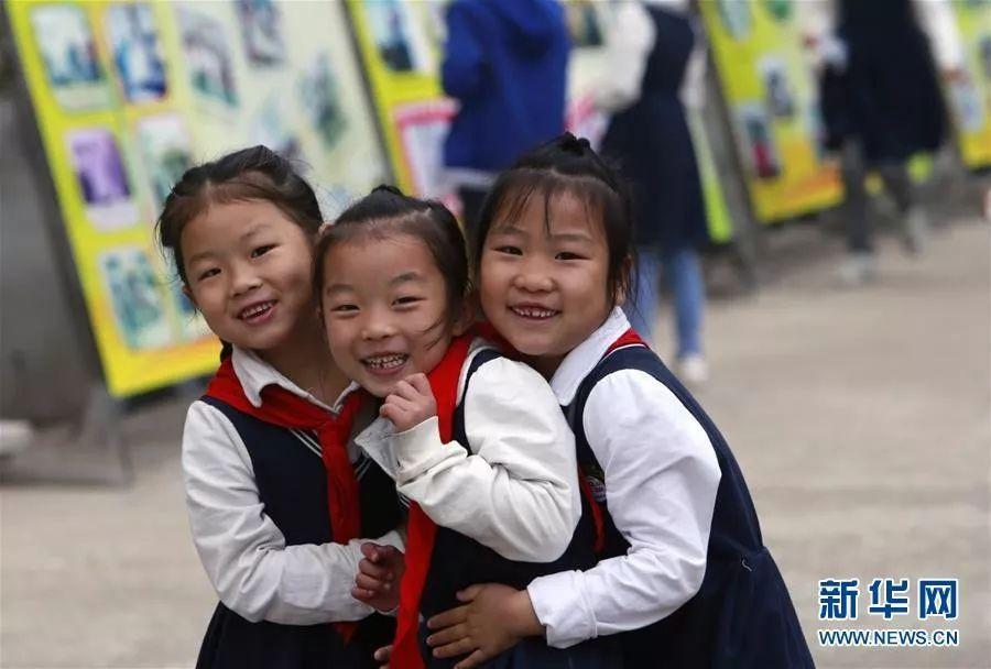 罗田县希望小学的学生在课间玩耍(10月11日摄)。