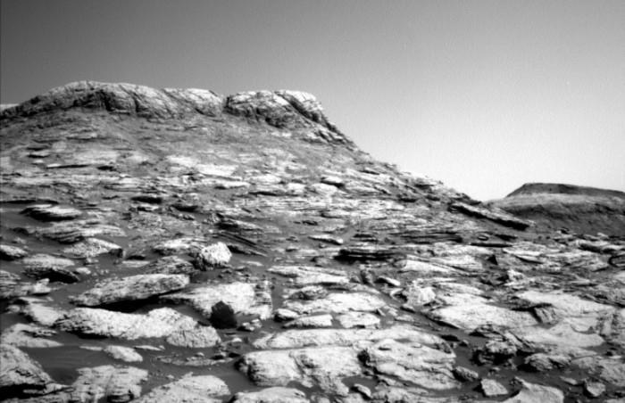 NASA好奇号发回令人印象深刻的火星黑白图像