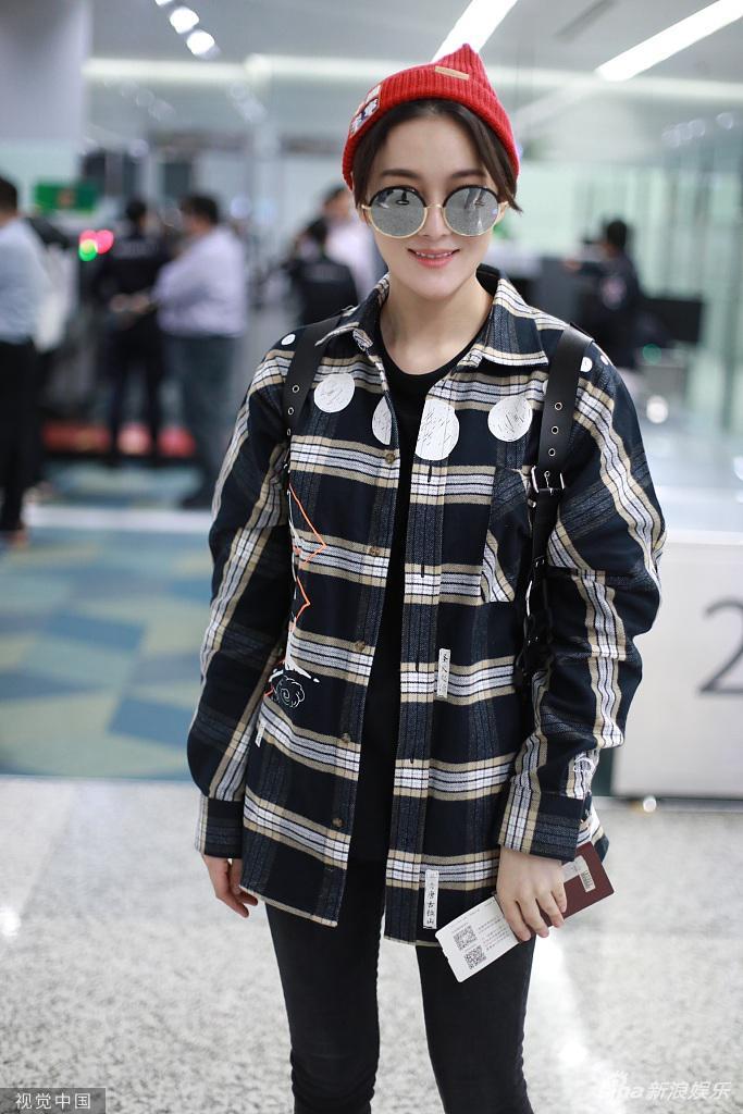 2019年11月7日,上海,张馨予现身机场。她戴小红帽穿格子衬衫,双腿纤细迷人。