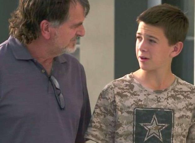 幸免于难的13岁男孩德文和父亲一起接受了媒体采访(图源:ABC新闻)