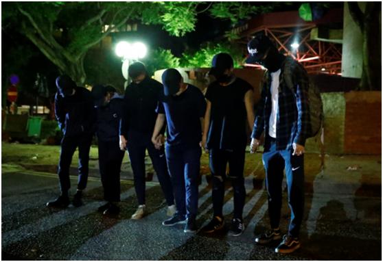 22日凌晨,6人离开香港理工大学(图片来源:香港《信报》)