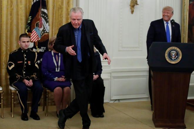 乔恩⋅沃伊特当着特朗普的面秀起舞姿。(今日美国)