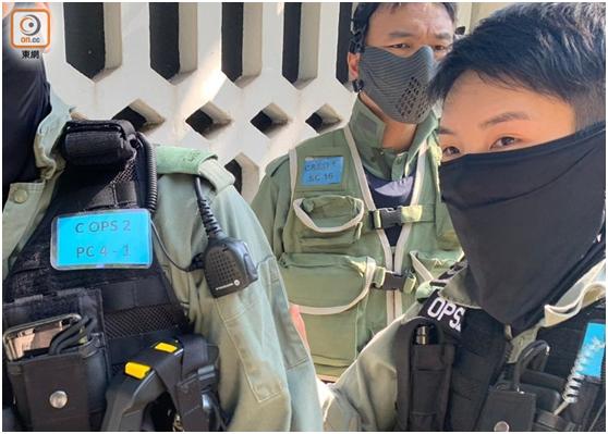 """部分特别任务警察戴有海关缩写(C&ED)的名牌(图片来源:香港""""东网"""")"""