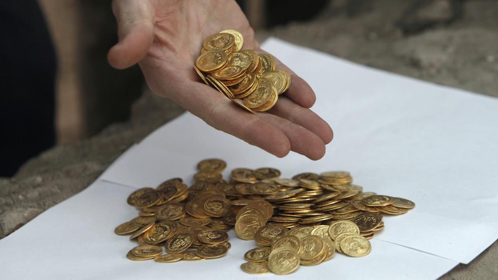 """印度""""最幸运的人"""":中大奖后,又在地里挖出2500枚古币"""