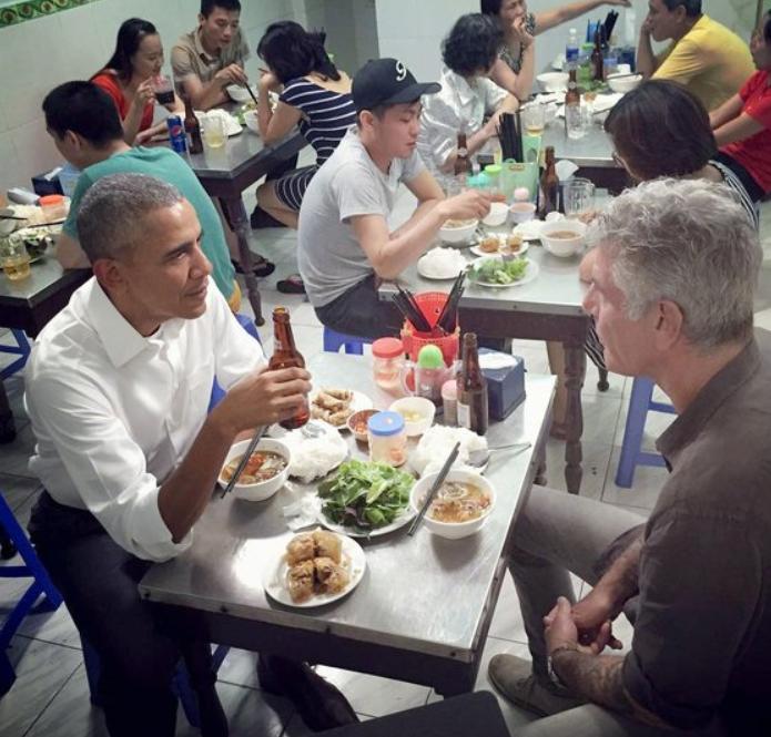 2016年,时任美国总统奥巴马在越南下馆子。(推特)