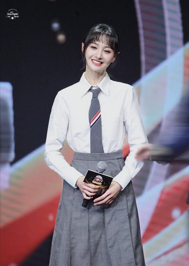 郑爽一身学生装白衬衫和短裙造型,娇俏清纯