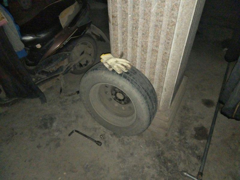 挪不挪车?杭州70岁奶奶亲自卸了对方轮胎!车主傻眼…