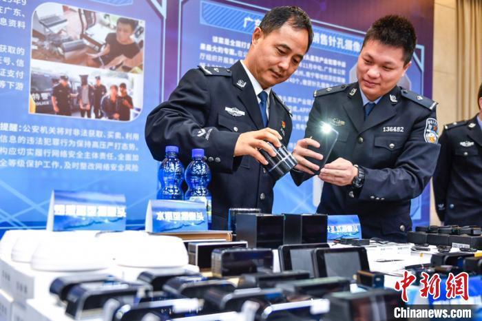 警方展示缴获的涉案物品。 陈骥�F 摄