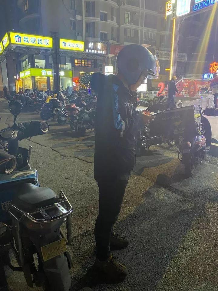 杭州配资平台,杭州外卖小哥每天跑单到深夜