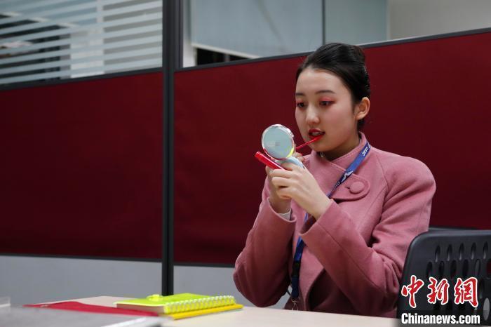 每次航班前,王姝樱都会对自己的仪容仪表再次检查。 殷立勤 摄