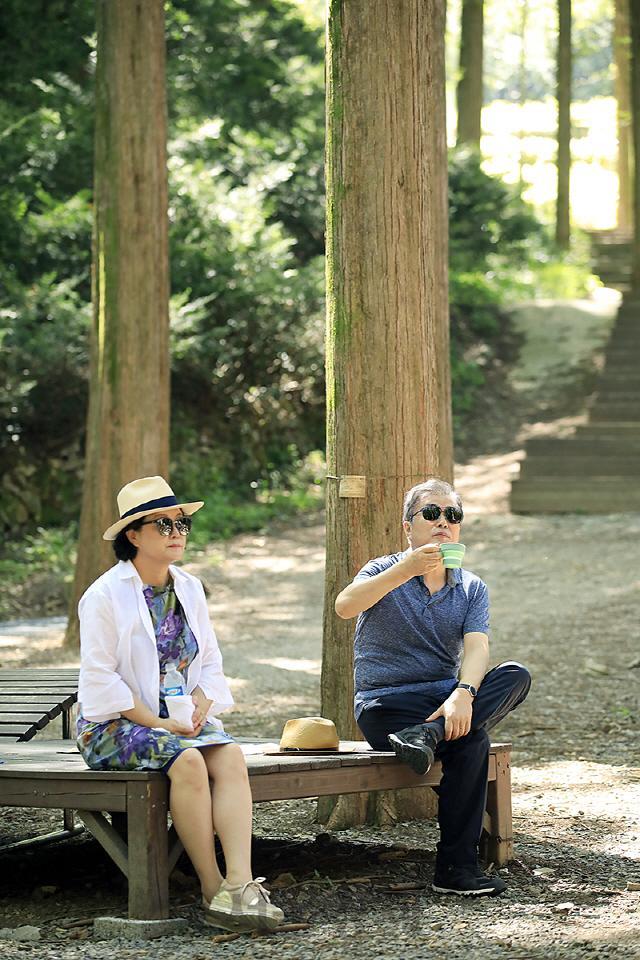 资料图:文在寅夫妇在山林散步(青瓦台)