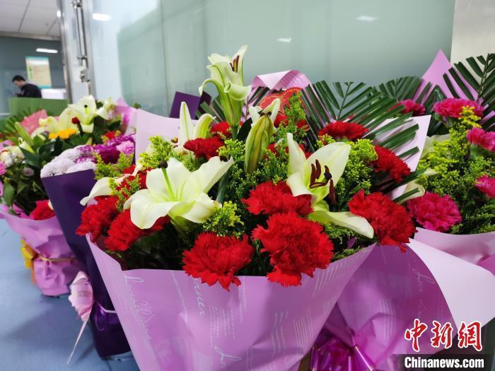 图为孙万红病房外的鲜花。 张添福 摄