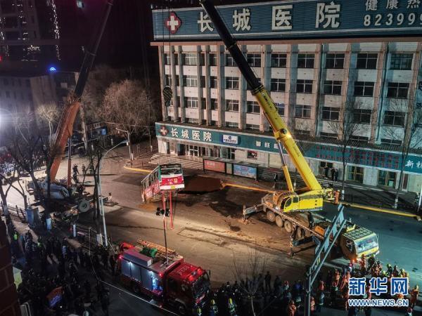 14日深夜,事故救援工作仍在进行。