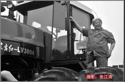 2010年7月,81岁的梁军与东方红—3804拖拉机合影。02