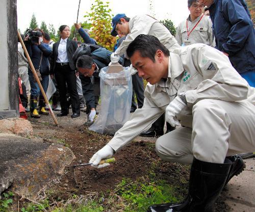 2011年在福岛视察的细野(朝日新闻社)