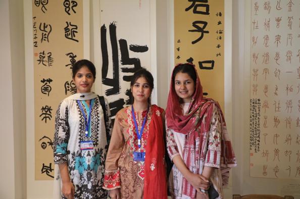 """2019年秋,巴基斯坦伊斯兰堡孔子学院举行""""庆祝中华人民共和国成立70周年暨中巴经济走廊建设五周年中巴联合书画展""""期间,有大批的师生和中国文化爱好者前来观赏。丁雪真摄"""