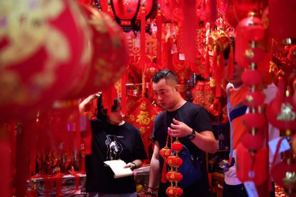 2020年1月9日,市民在海口博爱路年货市场选购新年饰品。新华社记者 郭程 摄