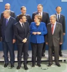 """随后,法国总统马克龙也加入了这一""""搜寻行动""""——他多次扭头,将目光投向普京所站位置的一边。"""