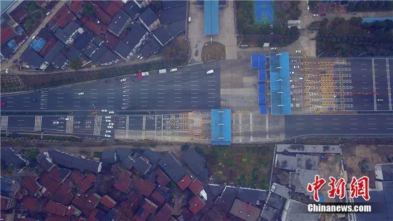 1月23日,航拍下街头空空荡荡的武汉。中新社记者郑子颜 摄