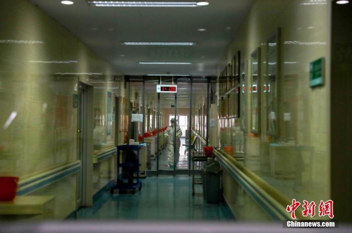 资料图:2月3日,一名医务人员在医院隔离病房。中新社记者 张畅 摄