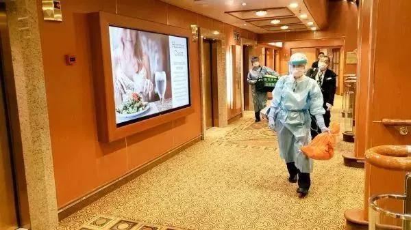 """检疫人员在日本""""钻石公主""""号邮轮上工作(资料图)"""