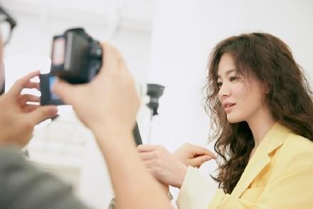 宋慧乔宣传照少女感满满 淡妆配蓬松卷发知性大方插图(5)