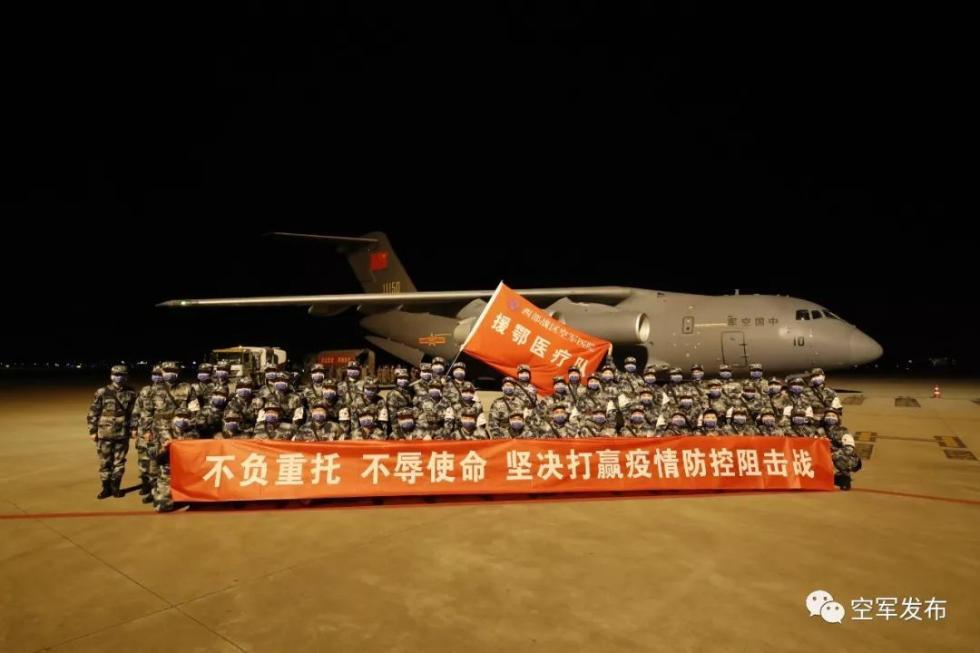 成都双流机场医疗队员准备登机(刘畅摄)