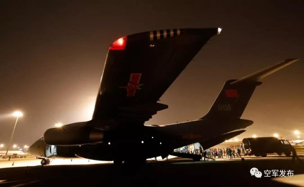 成都双流机场运-20飞机装载人员和物资(刘畅摄)
