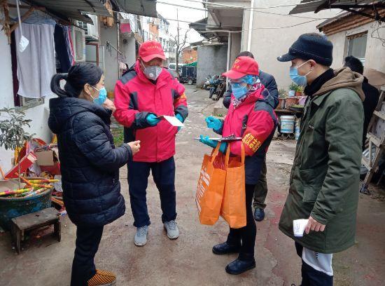东西湖区长青街新建大队志愿者在老旧社区进行入户排查 通讯员 孙敏 供图