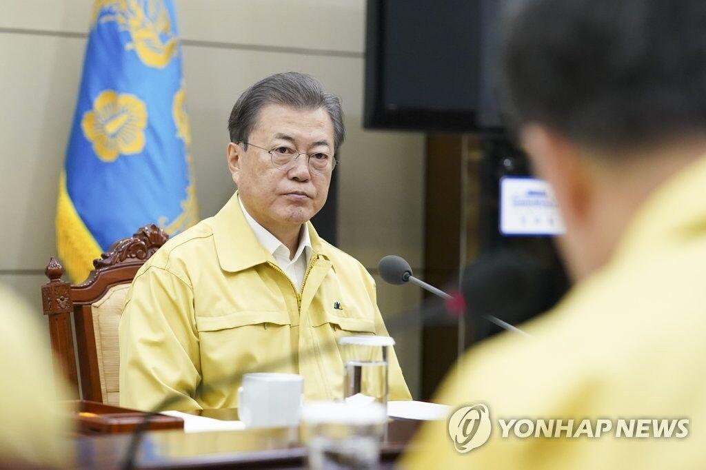 21日,韩国总统文在寅听取疫情相关汇报(图源:韩联社)