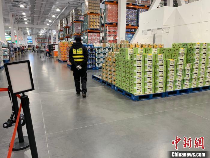 超市方对手持推车的顾客实行了单向客流管理等措施。 徐银 摄
