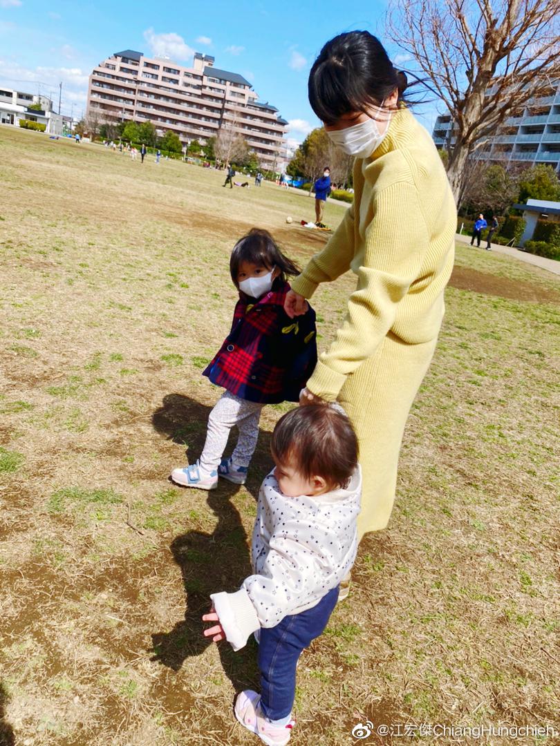 福原爱同一名男子带儿女逛公园踏青