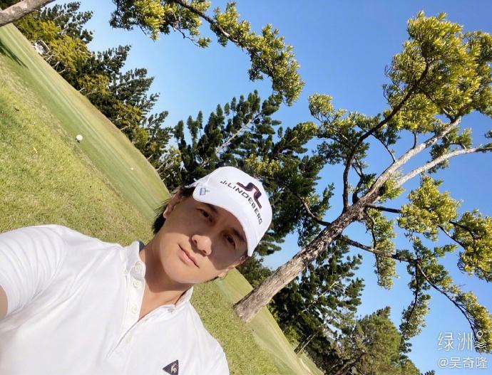 吴奇隆享受慢生涯 户外打高尔夫球帅气挥杆姿势专业