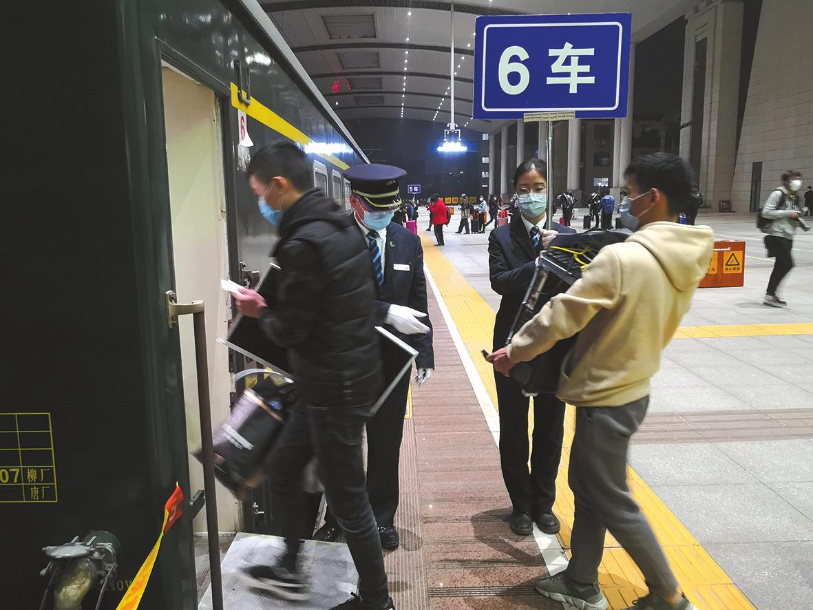 8日零时左右,乘客排队乘列车离汉。
