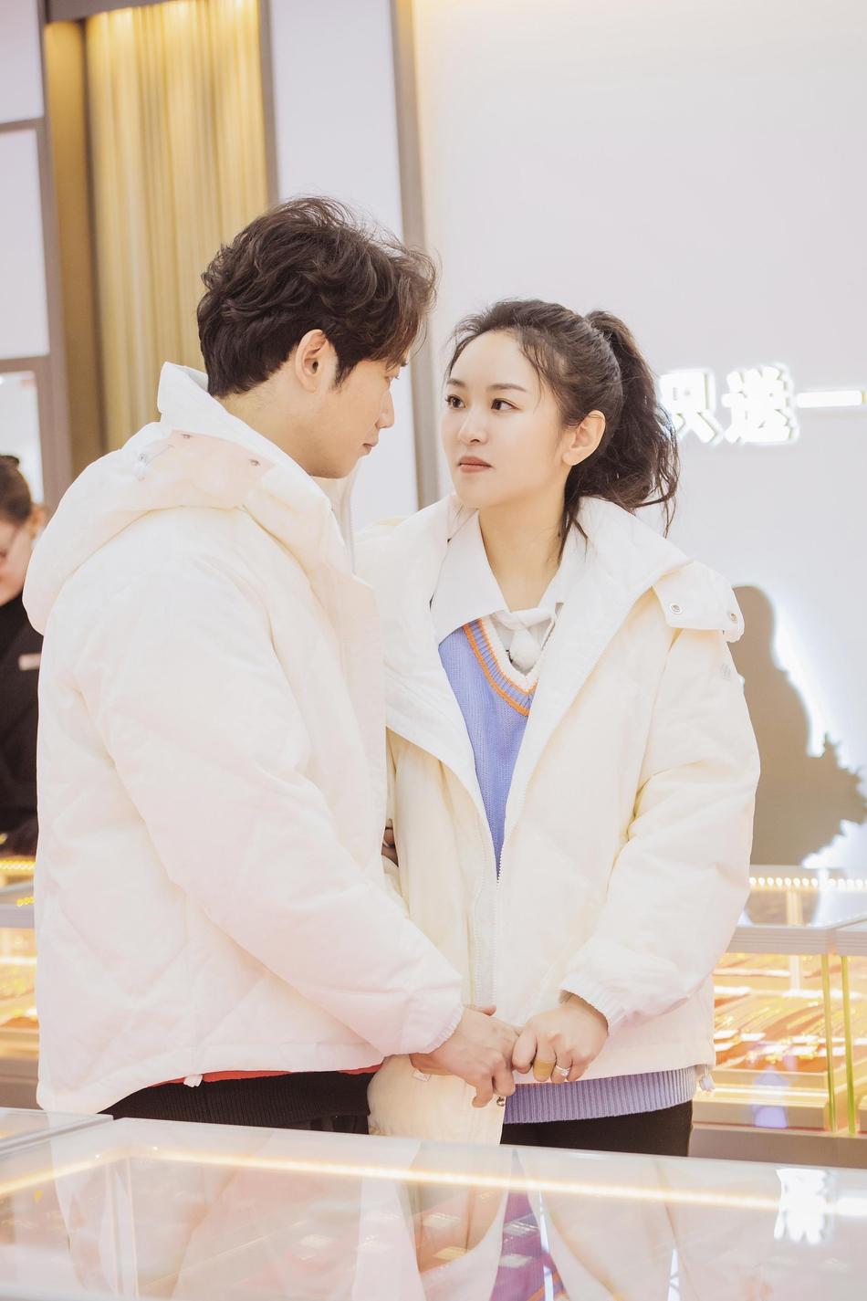 刘泳希李嘉铭搞怪互动撒糖不停 二人穿情侣装对视显甜蜜