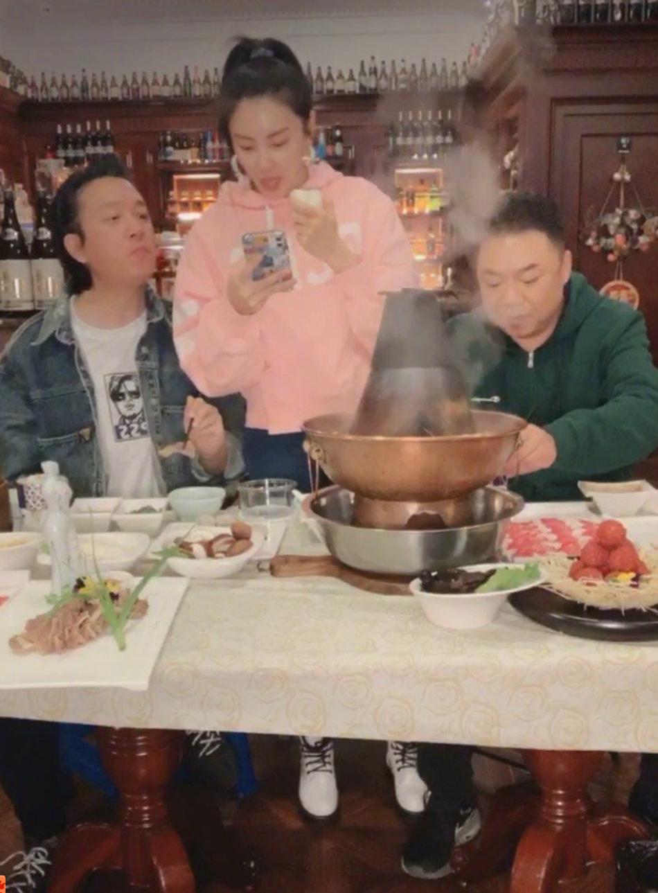 张雨绮直播生吃洋葱就大蒜 监督潘粤明减肥不让他吃火锅